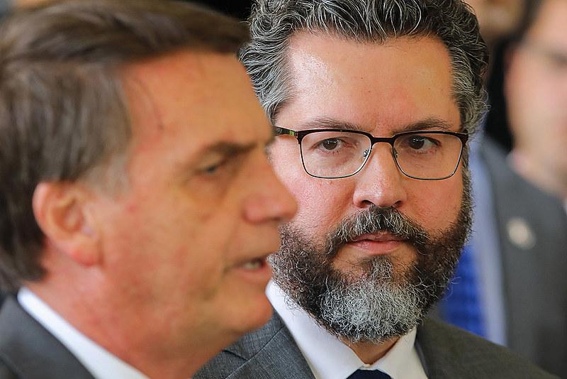 Bolsonaro (esq.) e o chanceler Ernesto Araújo (dir.)