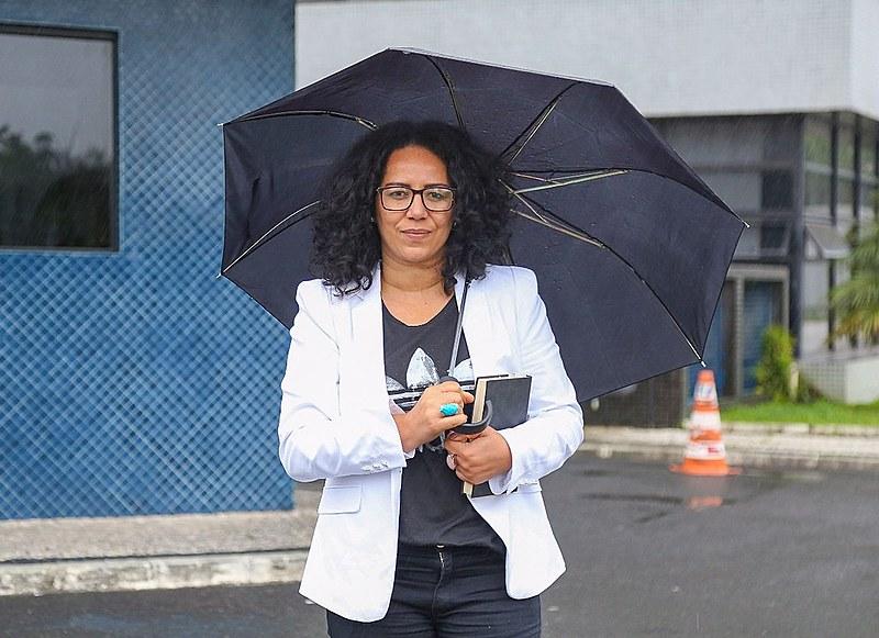 A pastora Cleusa Caldeira em frente à Superintendência da Polícia Federal em São Paulo