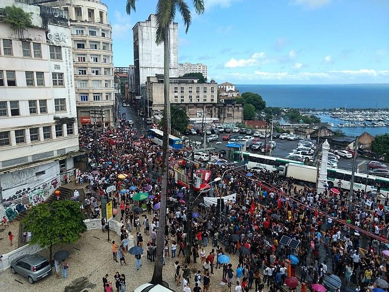 Porfessores, estudantes, trabalhadores em educação, movimentos populares se mobilizam pela educação.
