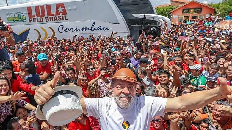 """""""Tenho certeza que podemos reconstruir este país e voltar a sonhar com uma grande nação"""", escreveu Lula em carta lida por Dilma no ato"""