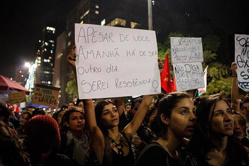 """""""Ninguém solta a mão de ninguém"""": ato na Av. Paulista protesta contra Bolsonaro"""