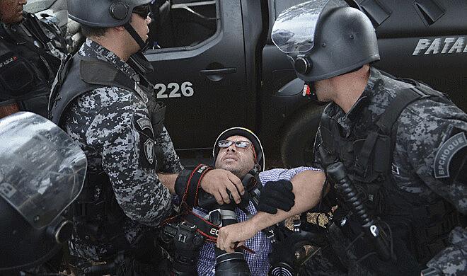 Ueslei Marcelino, fotógrafo da Reuters, foi ferido por cães da PM do Distrito Federal