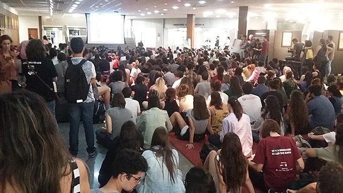 Devido à lotação no debate sobre educação na ALESC, muitos assistiram em telão instalado do lado de fora do auditório