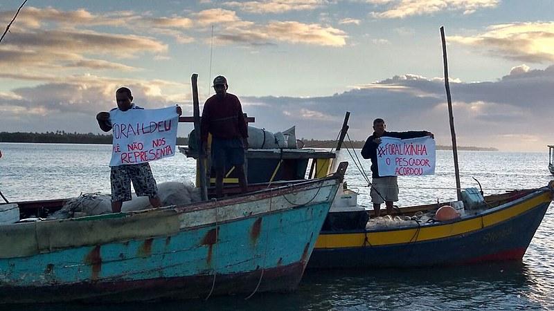 Pescadores fecharam canal do Tomba em Caravelas (BA) no último sábado, onde empresa escoa produção de eucalipto