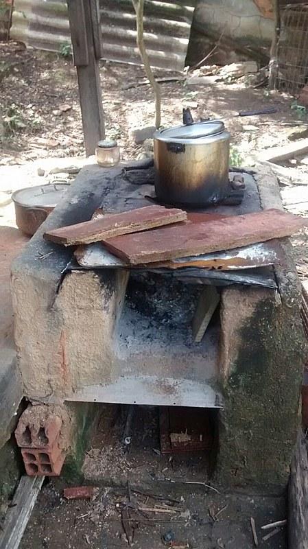 Fogão à lenha na casa de Eulina em Nova Iguaçu