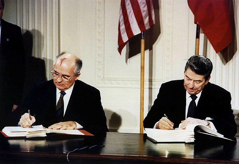 Presidente dos EUA, Ronald Reagan (à direita), e o presidente da União Soviética, Mikhail Gorbachev, assinam o tratado das Forças Nucleares