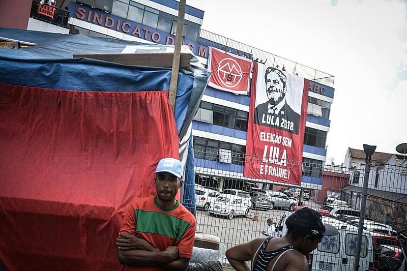 Militantes do MTST presentes em São Bernardo em repúdio ao decreto de prisão contra Lula