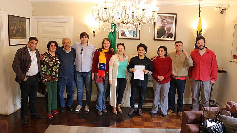 Integrantes do Comitê Brasileiro pela Paz em ato simbólico no consulado da Venezuela, em São Paulo