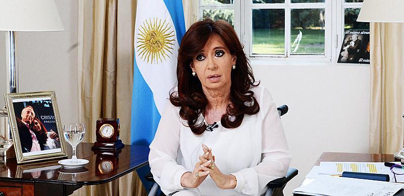 A ex-presidenta argentinasaúda apoiadores em sua chegada a Buenos Aires na segunda-feira (11)
