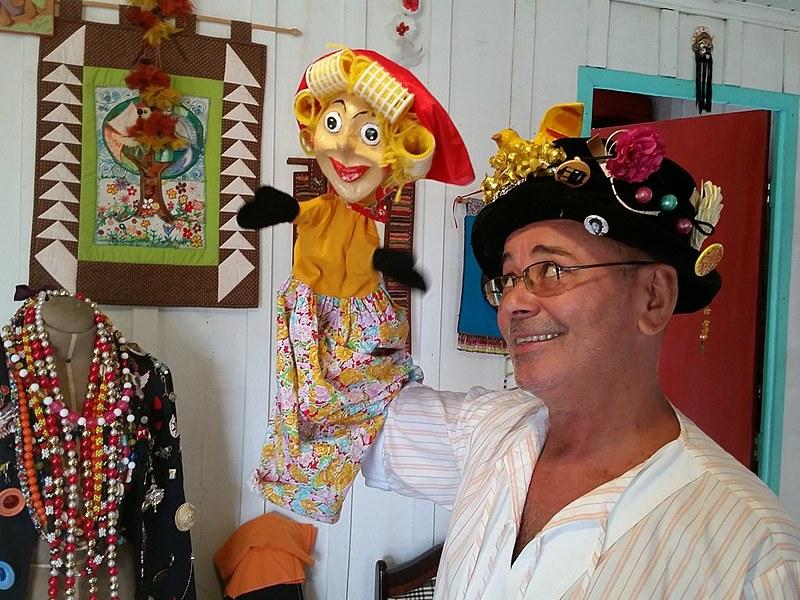"Itaércio se define como ""artista elástico"": músico, bonequeiro e carnavalesco"