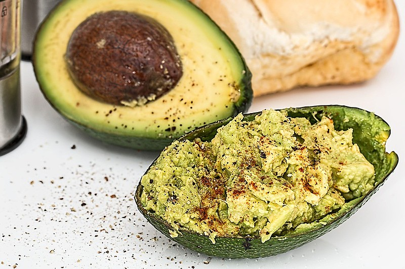 O abacate é rico em vitamina E, que traz benefícios anti-inflamatórios