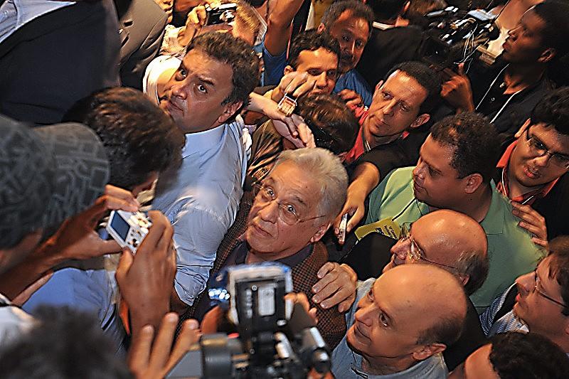 Aécio e Fernando Henrique Cardoso chegam juntos à convenção nacional do partido, em 2011