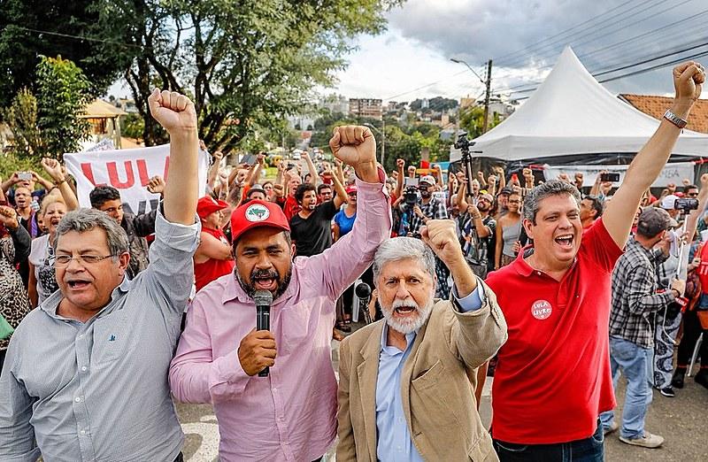 Celso Amorim participa de ato político no acampamento Lula Livre, em Curitiba