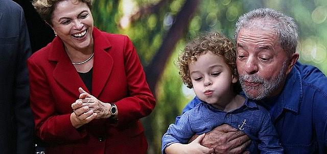 Lula abraça Arthur, que faleceu aos 7 anos devido a uma meningite meningocócica.