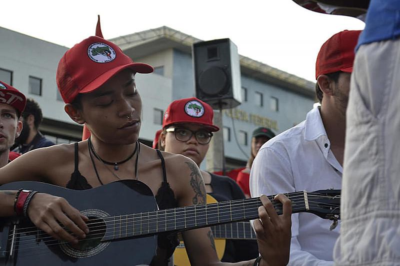O curso focou na prática de canto, violão e batucada, com aulas no Espaço Marielle Vive de Formação e Cultura