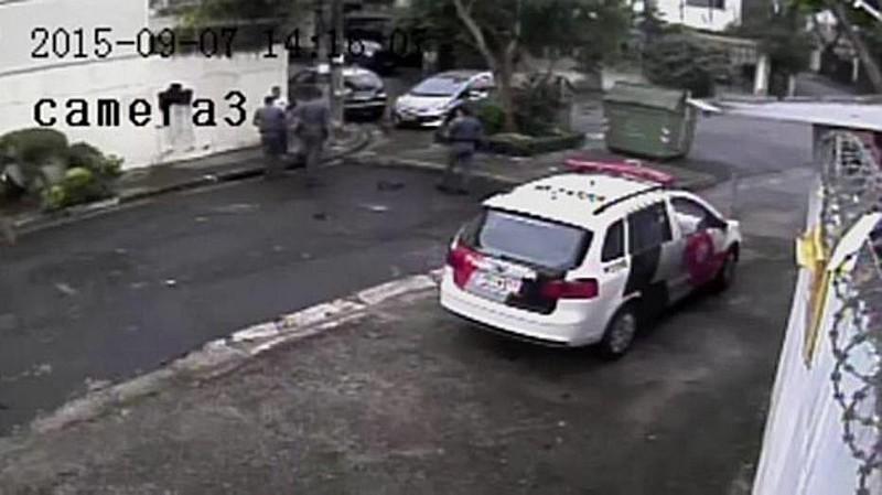 Câmera de segurança registra PMs cercando homem e o encostando na parede