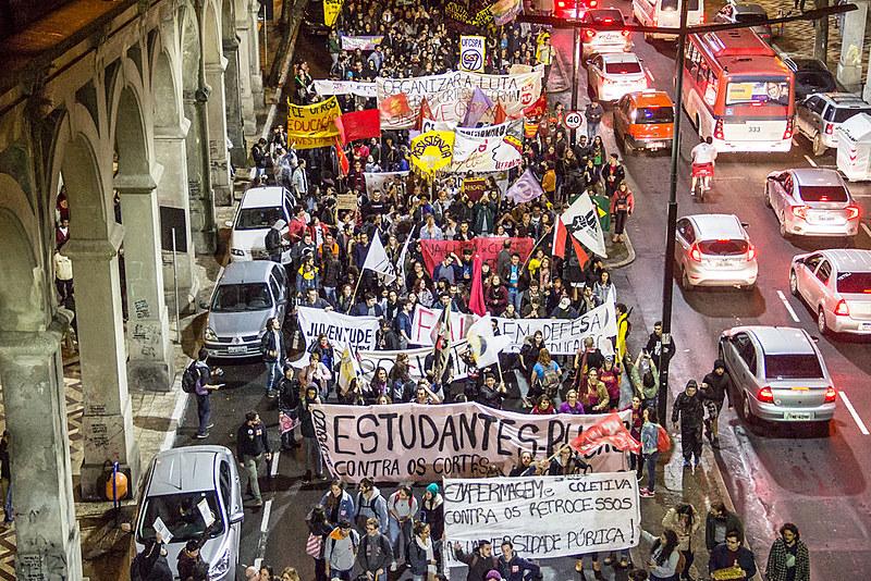 Avenida Borges de Medeiros, no centro da cidade, novamente foi ocupada pela luta dos estudantes e trabalhadores