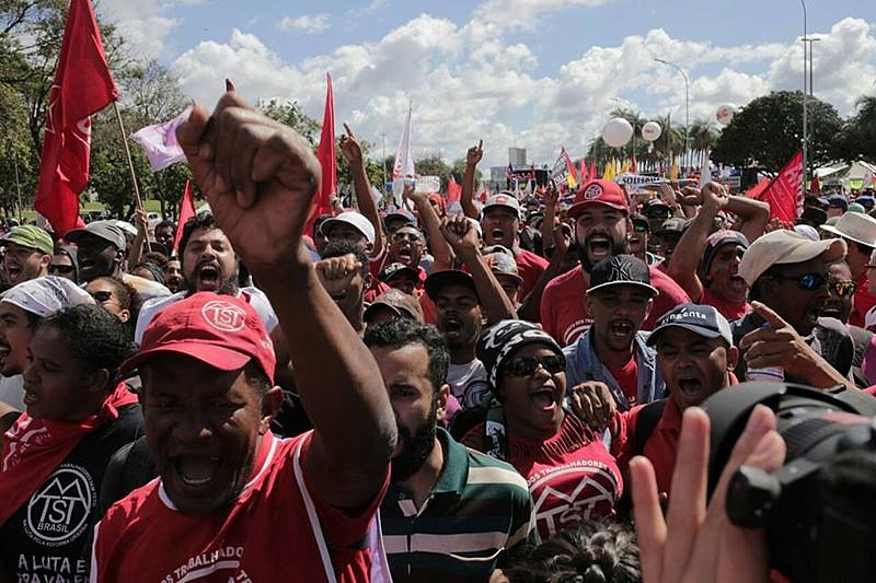 Os manifestantes que agora descansam e voltam para casa demonstraram o tamanho da ousadia e coragem de enfrentar um governo ilegítimo.
