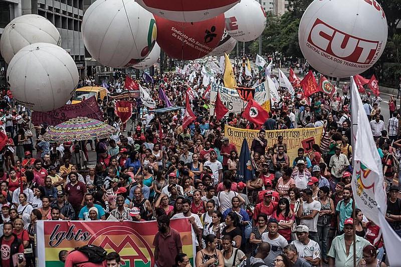 Cerca de 2 mil manifestantes marcharam pela Avenida Paulista nesta terça (5)