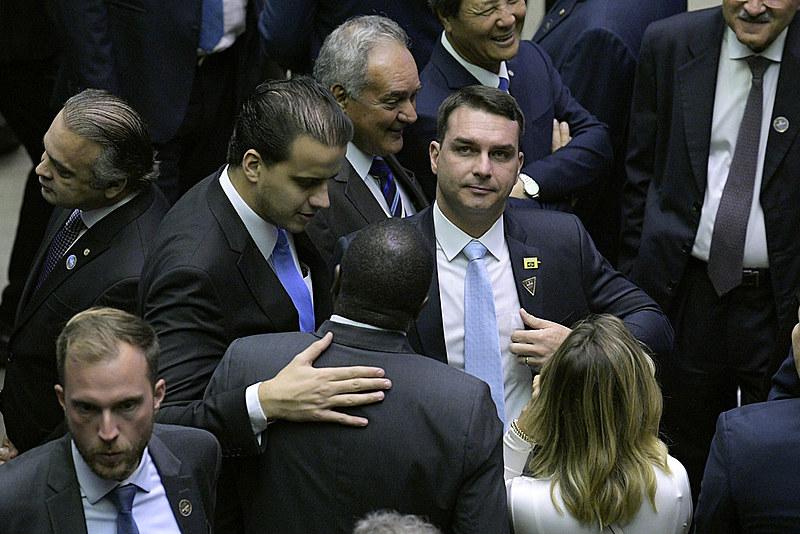 Flávio Bolsonaro (centro, dir.) leva adiante projeto que pode beneficiar milícias e especuladores