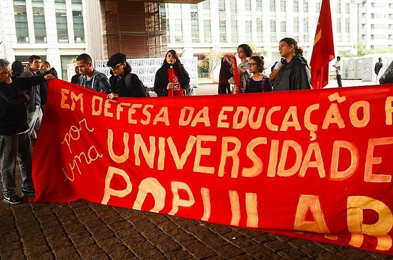 Estudantes de universidades paulistas protestam em defesa da educação pública
