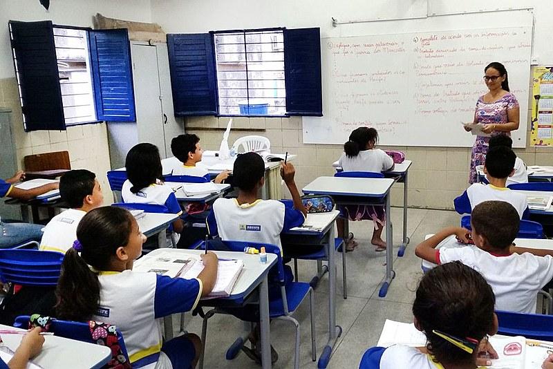 O Plano Nacional de Educação (PNE) é responsável por definir diretrizes de universalização de acesso, qualidade e financiamento do setor educacional