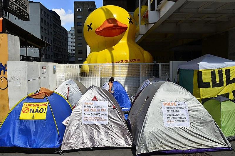 Acampamento de manifestantes pró-golpe em frente à Fiesp, em São Paulo (SP)