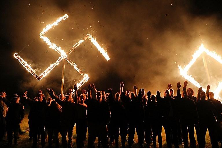 Ato neonazista realizado no estado da Georgia, nos EUA, em abril deste ano; naquele país, supremacistas apoiam o presidente Donald Trump