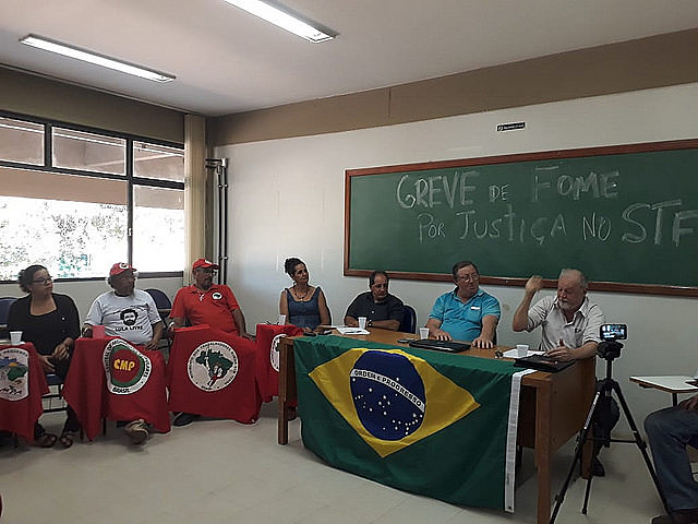 Six strikers and MST leader João Pedro Stedile held a press conference this Monday