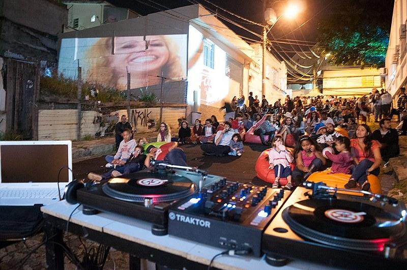 O aniversário da ONG e o lançamento da revista foram comemorados em festa na rua, com teatro, música e pipoca