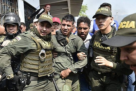 Policiais colombianos escoltam a desertor da Força Armada Nacional Bolivariana em Cúcuta, no dia 23 de fevereiro