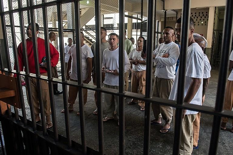 Brasil aprisiona quase duas vezes mais detentos do que o sistema poderia suportar
