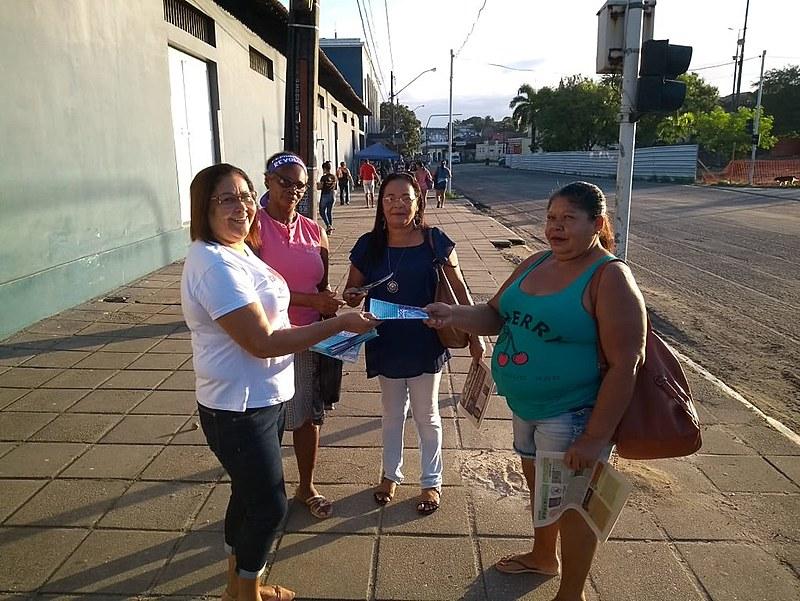 Sindicato panfletando e conversando com as mulheres - organização por mais direitos