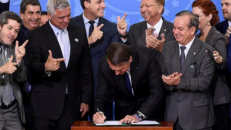 Capitão reformado é conhecido por discurso que incita violência; na última sexta (12), Bolsonaro aumentou limite de armas e munições para cidadãos comuns no país.