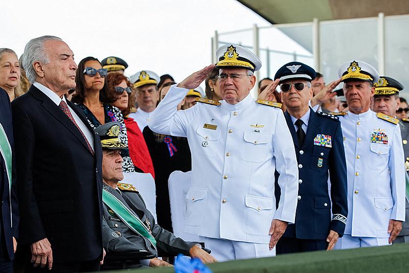 Generais das forças armadas saúdam Michel Temer durante comemoração do Dia do Exército