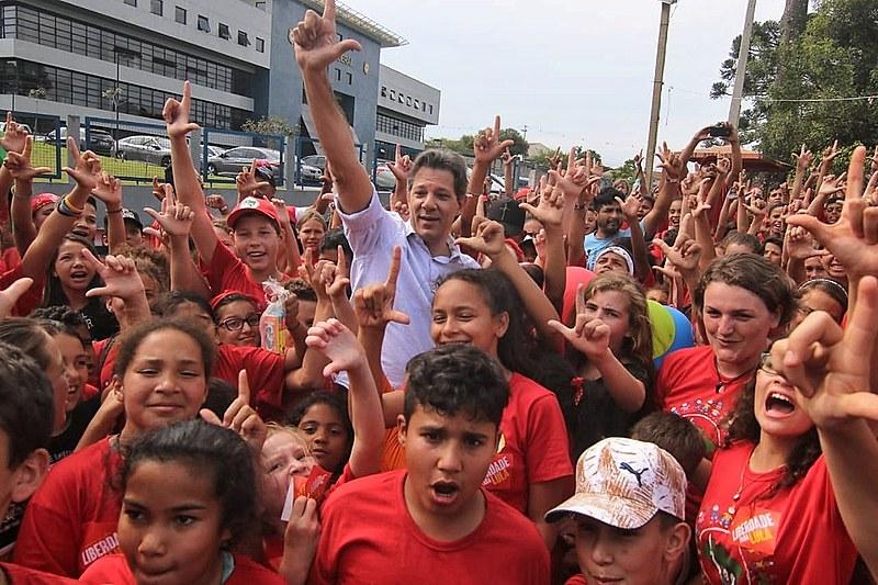 """""""Lula, a gente ama você e quer te ver solto. A gente está te apoiando"""", gritou uma das crianças Sem Terrinha, em encontro com Haddad"""
