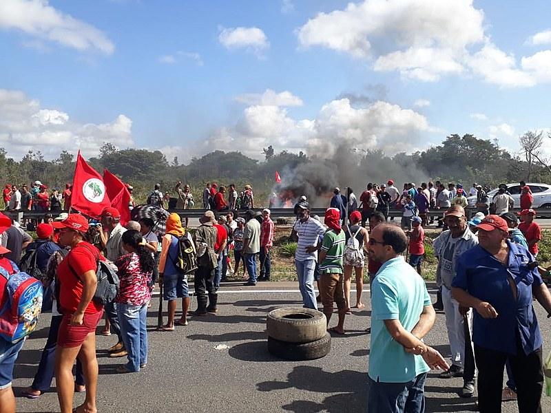 Em protesto contra reintegração de posse, as famílias interditaram as BRs 101 e 230, na altura do acampamento Arcanjo Belarmino.