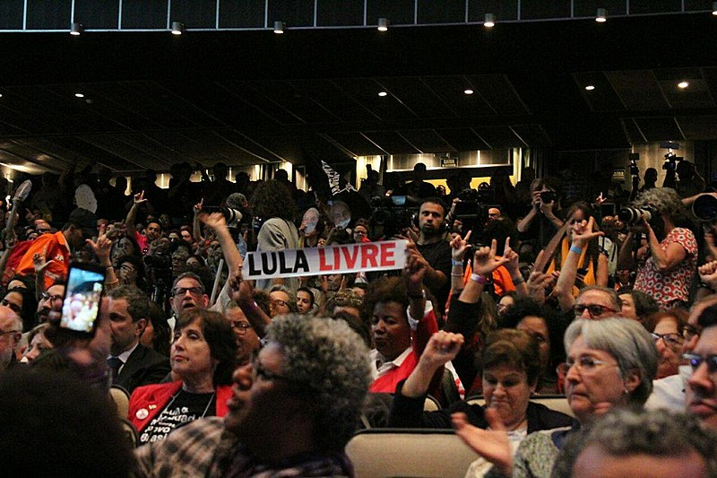 Público do TUCA celebra Lula durante ato na noite desta segunda-feira (10)