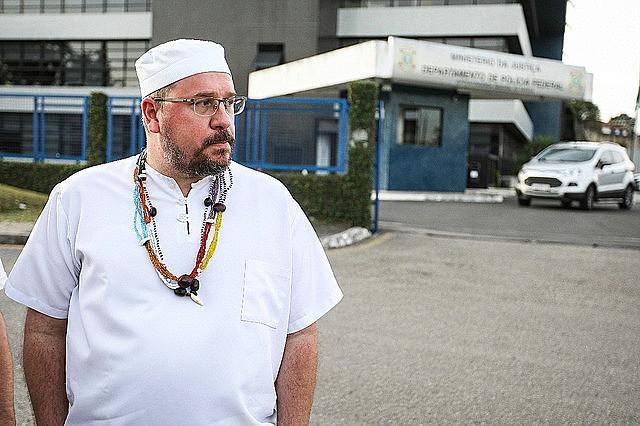 Pai Caetano em frente ao prédio da PF, em Curitiba