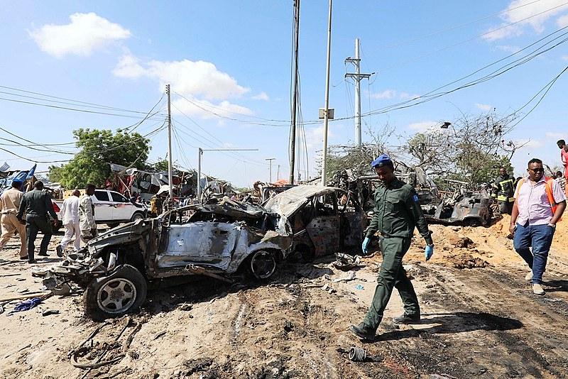 Ao menos 90 morrem em explosão de carro-bomba na Somália
