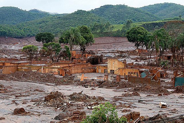 Barragem da mineradora Samarco se rompeu no distrito de Bento Rodrigues, zona rural a 23 quilômetros de Mariana, em Minas Gerais