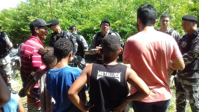 Policiais negociando com a população através de muita tensão