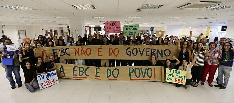 Profissionais de comunicação da EBC protestam na sede da empresa, em Brasilia