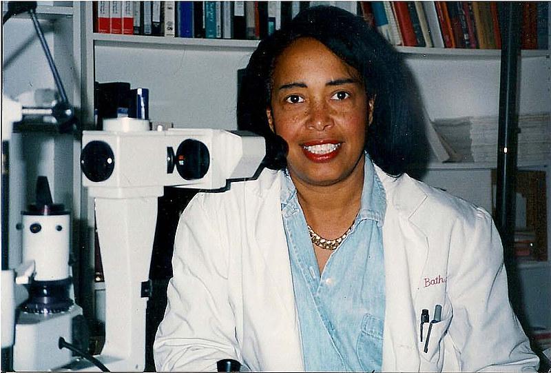 A doutora Patricia Bath foi a primeira mulher negra a receber uma patente médica nos Estados Unidos