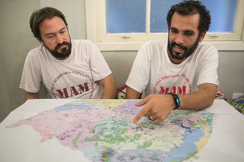 Márcio Zonta e Victor Salgueiro, do MAM, mostram mapeamento dos territórios que podem ser atingidos pela mineração no RS