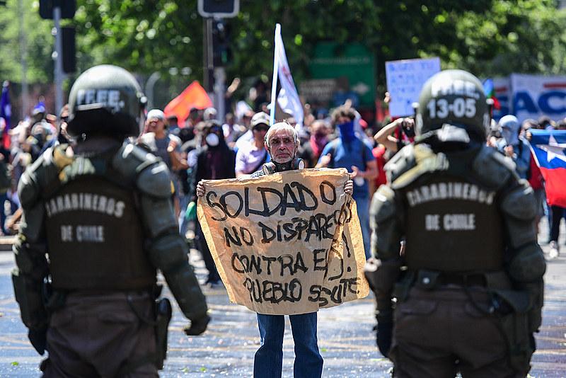Chilenos protestam desde a última sexta-feira (18) contra o governo de Sebastián Piñera