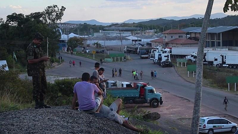 Fronteira em Paracaima (RR) no último sábado (23), palco de tensões durante a tentativa de envio de suposta ajuda humanitária à Venezuela