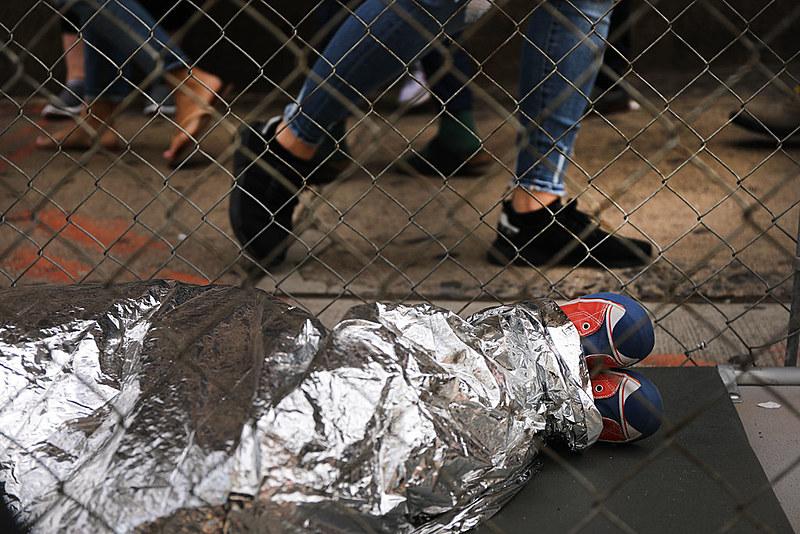 Intervenção artística em Nova York denuncia a situação das crianças migrantes em centros de detenção dos Estados Unidos