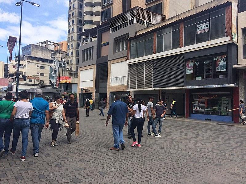 Região de comércio em Caracas aumentou movimento financeiro nos últimos dois meses, diz economista