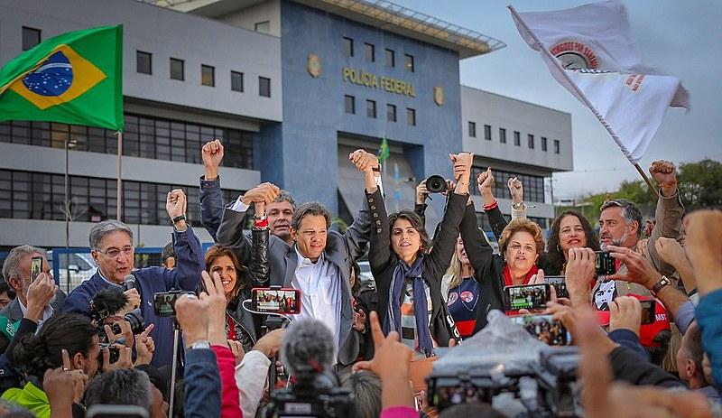 A confirmação da candidatura de Fernando Haddad no lugar de Lula na chapa petista, foi feita na Vigília Lula Livre, em Curitiba (PR)